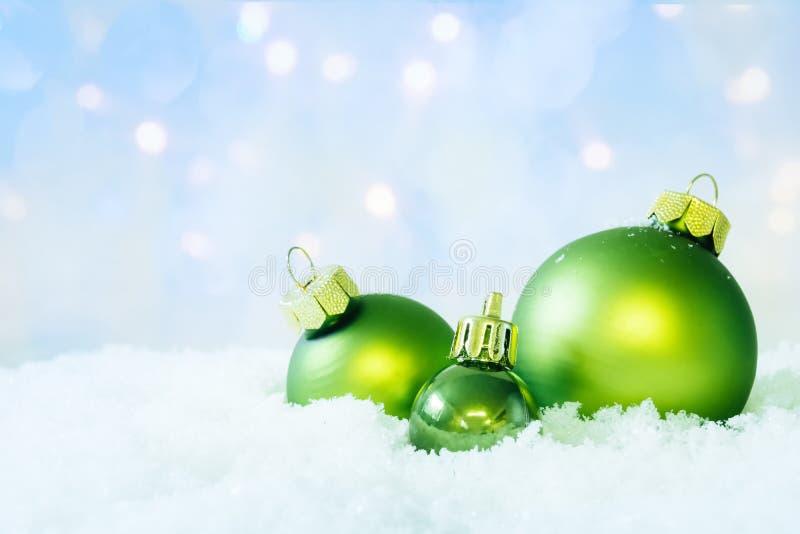 Groene Kerstmisballen op Sneeuw royalty-vrije stock fotografie