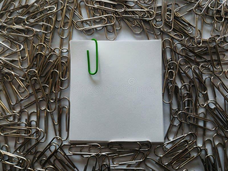 Groene klem op nota royalty-vrije stock fotografie