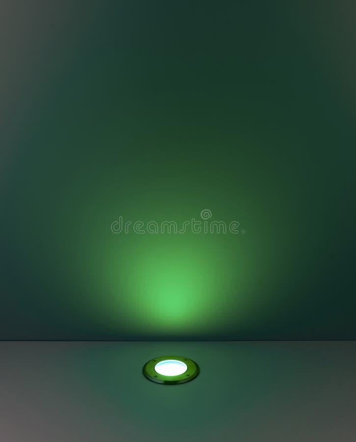 Groene kleurenachtergrond met verlichtingsbol stock afbeeldingen