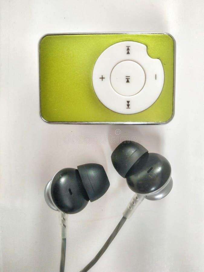 Groene kleurenmp3 speler met zwarte en grijze hoofdtelefoons royalty-vrije stock foto