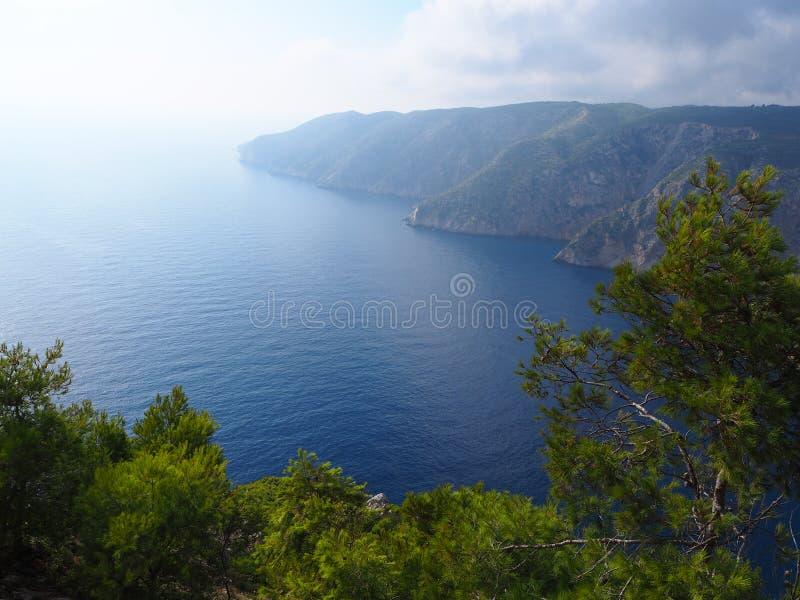 Groene klippen en zeegezichten in de zomer Zakynthos royalty-vrije stock foto