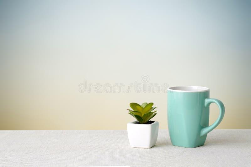Groene koffiekop op zaktafelkleed over groene cementmuur backg royalty-vrije stock foto's
