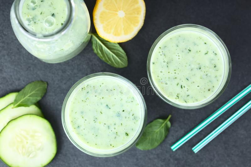 Groene Komkommer, Yoghurt, Munt en Citroen Smoothie stock foto's