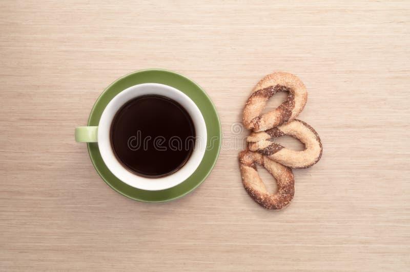 Groene kop van koffie op de achtergrond van de lijst en het koekje Mening vanaf bovenkant royalty-vrije stock afbeelding