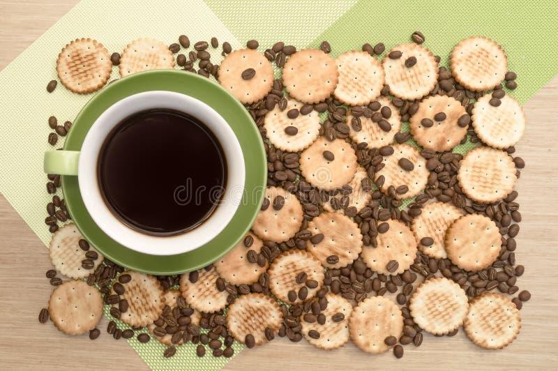 Groene kop van koffie op de lijst en backround het koekje en bonen Mening vanaf bovenkant stock fotografie