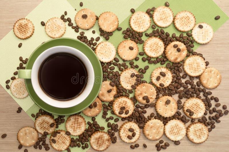 Groene kop van koffie op de lijst en backround het koekje en bonen Mening vanaf bovenkant stock afbeelding