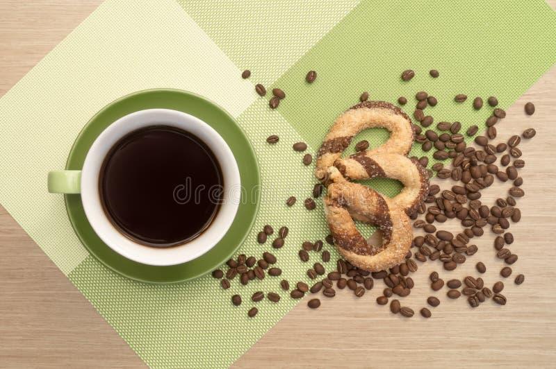 Groene kop van koffie op de lijst en het koekje en bonen Mening vanaf bovenkant stock foto