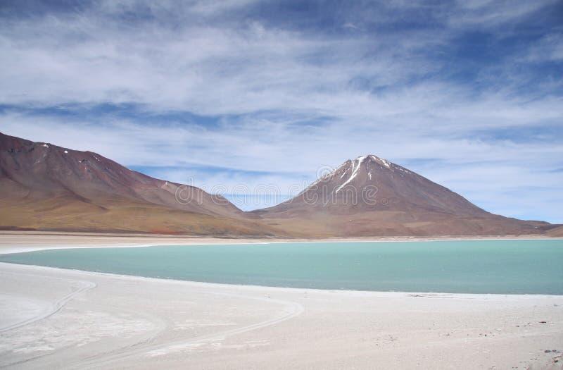 Groene lagune en Vulkaan in Atacama-woestijn, Bolivië stock afbeelding