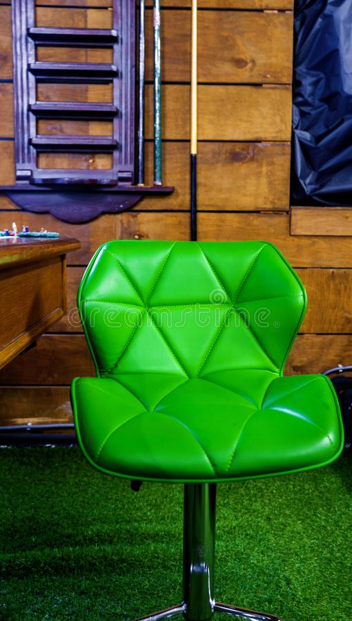 Groene leerstoel stock fotografie