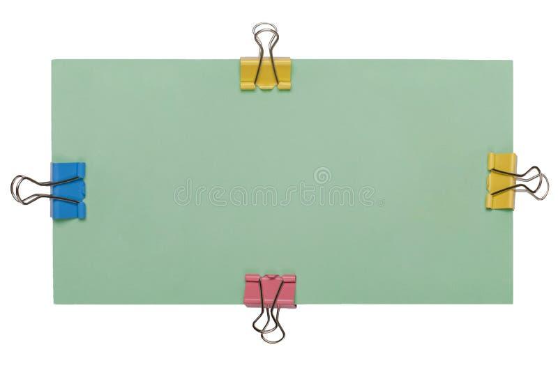 groene lege affiche met kleurrijke die papercliphouder op witte achtergrond wordt geïsoleerd Spot omhoog stock fotografie