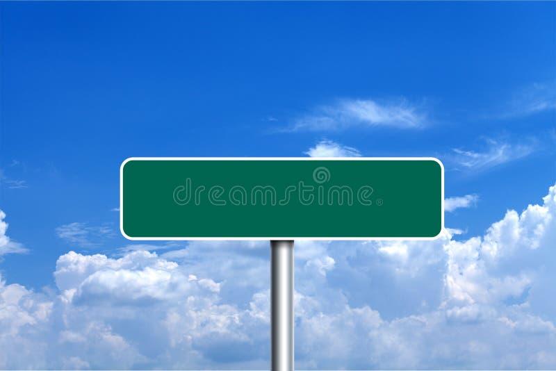 Groene lege verkeersteken over de blauwe bewolkte hemel royalty-vrije stock fotografie