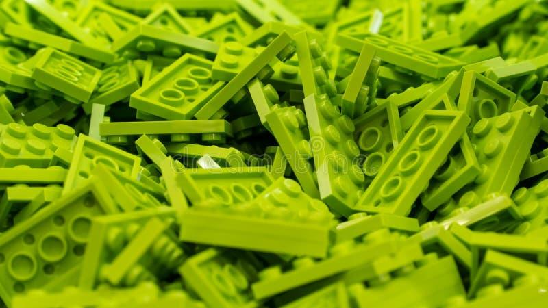 Groene Lego-blokken, plastic die bouwstuk speelgoed, door Lego Group wordt vervaardigd in Denemarken wordt gebaseerd stock foto