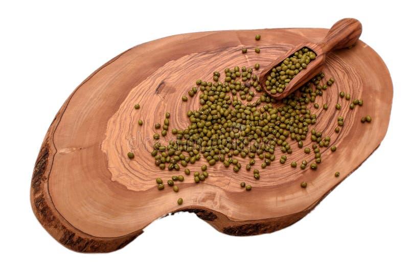 Groene linzen op een houten die raad op witte achtergrond wordt geïsoleerd royalty-vrije stock afbeelding