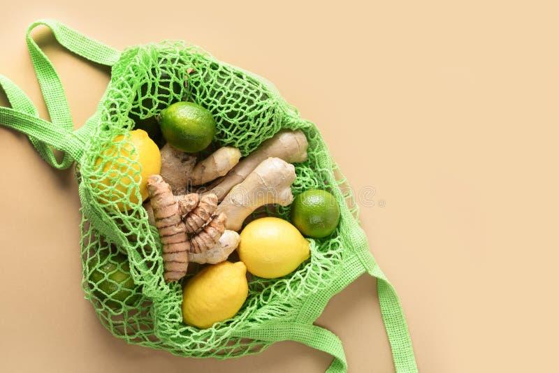 Groene maaszak met groenten, gember, citroen, andere voedingsmiddelen Nul afval vegaanvoedsel royalty-vrije stock afbeelding