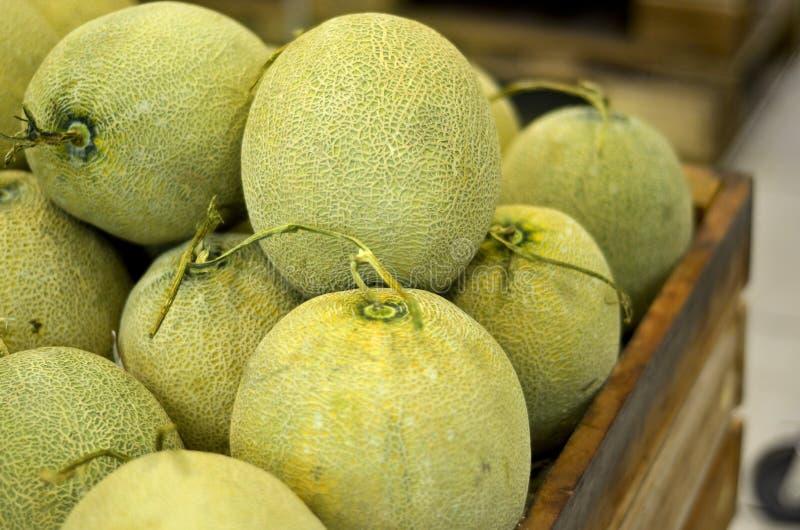 Groene meloen in krat bij supermarkt royalty-vrije stock foto's