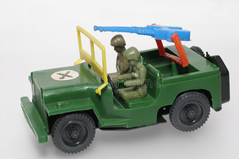 Groene militaire stuk speelgoed jeep met kanon stock foto