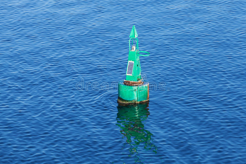 Groene moderne navigatieboei bij het zeewater royalty-vrije stock foto