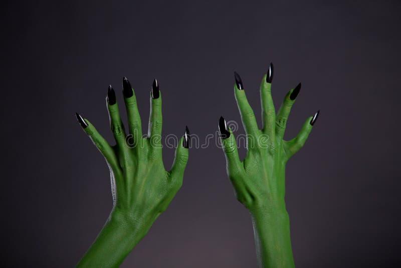 Groene monsterhanden met scherpe zwarte spijkers, lichaam-kunst stock foto's