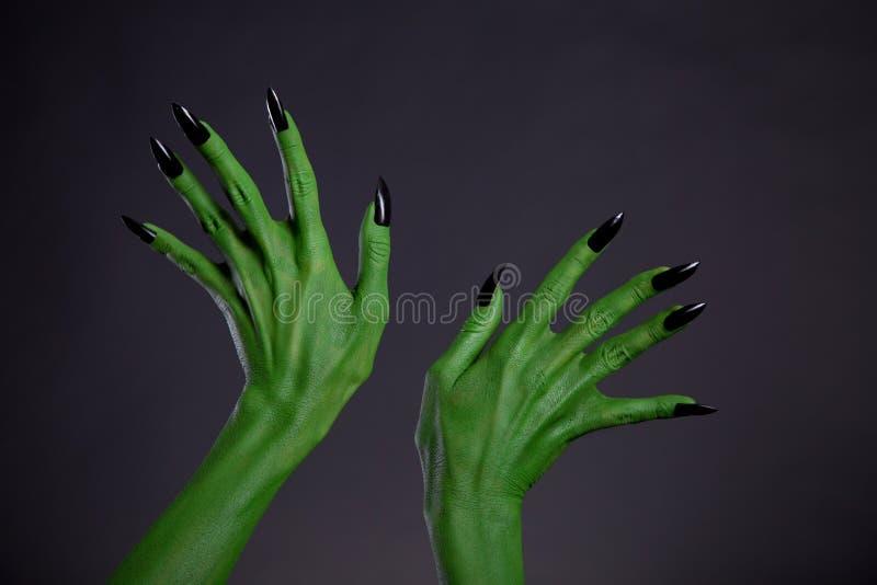 Groene monsterhanden met zwarte spijkers, echte lichaam-kunst royalty-vrije stock afbeelding