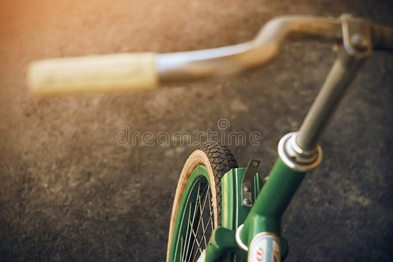 Groene mooie retro fiets die op asfalt berijdt stock foto