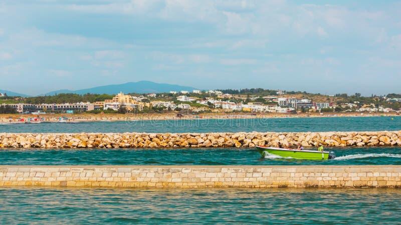 Groene motorboot die de haven in Lagos, Portugal ingaan royalty-vrije stock afbeelding