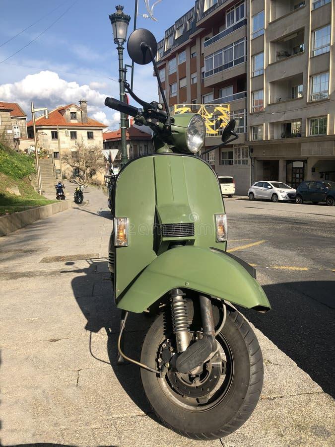 Groene motorfiets vespa vintage stock afbeeldingen