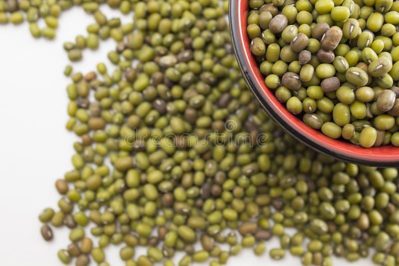 Groene mung bonen in een kom stock fotografie