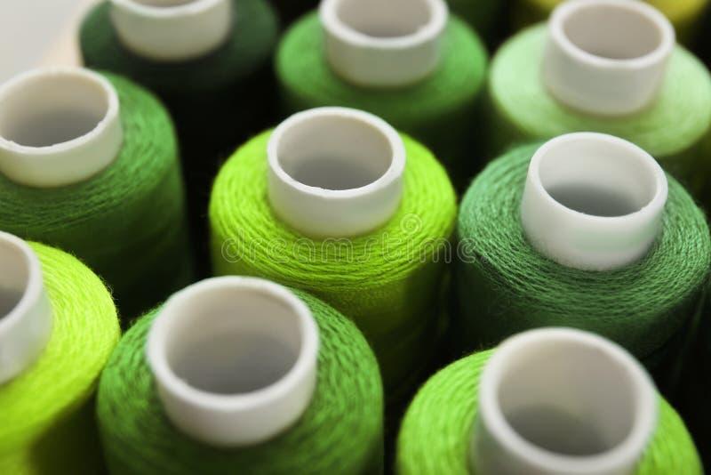 Download Groene naaiende draden stock foto. Afbeelding bestaande uit kleurrijk - 107702838