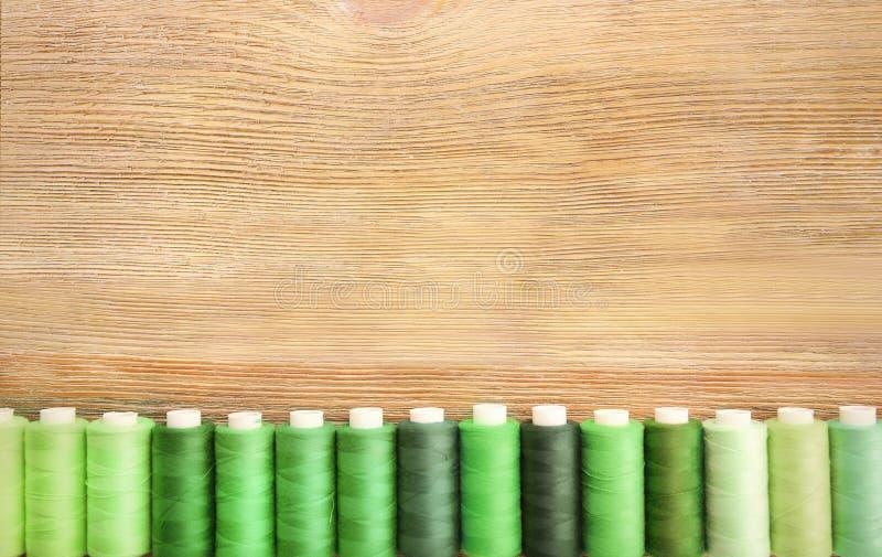 Download Groene naaiende draden stock foto. Afbeelding bestaande uit voorwerp - 107703198
