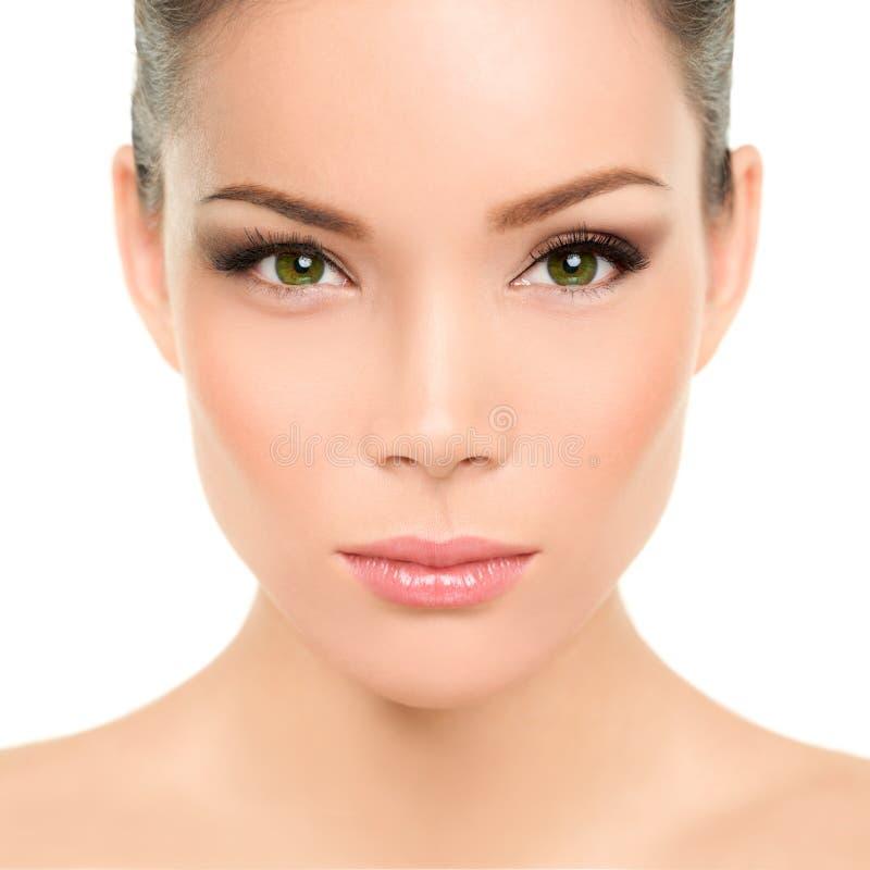 Groene ogen Aziatische vrouw met perfecte schoonheidsmake-up stock afbeelding