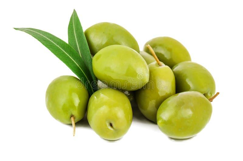Groene olijven met bladeren royalty-vrije stock afbeelding