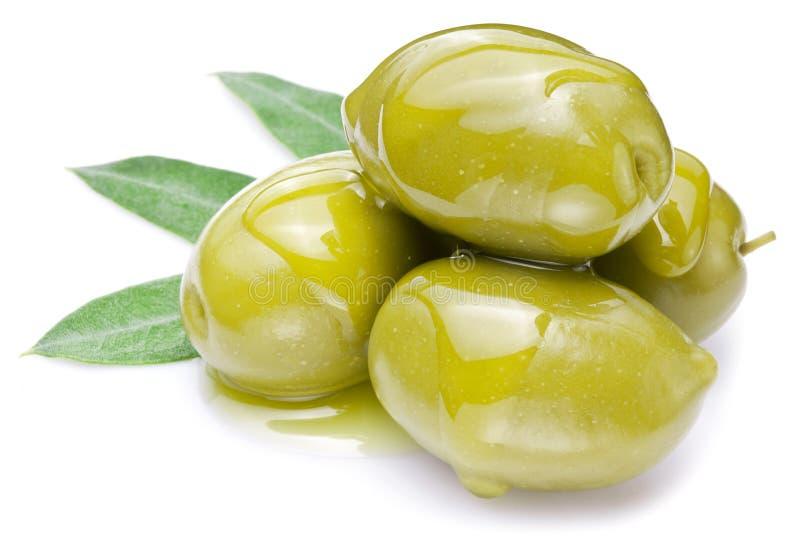 Groene olijven met bladeren stock foto