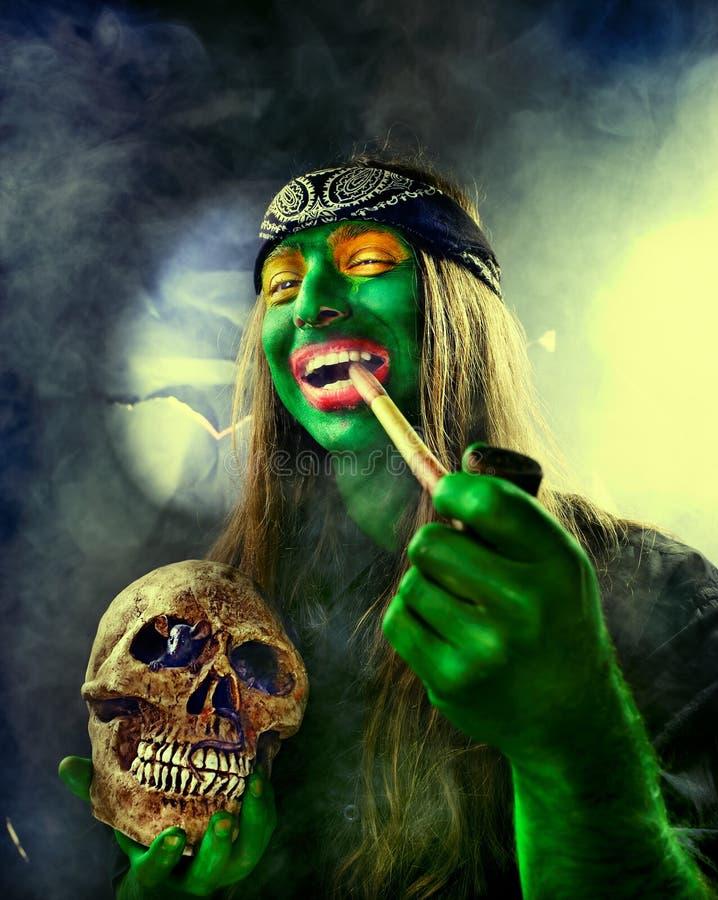 Groene onder ogen gezien hippie met bandana stock fotografie