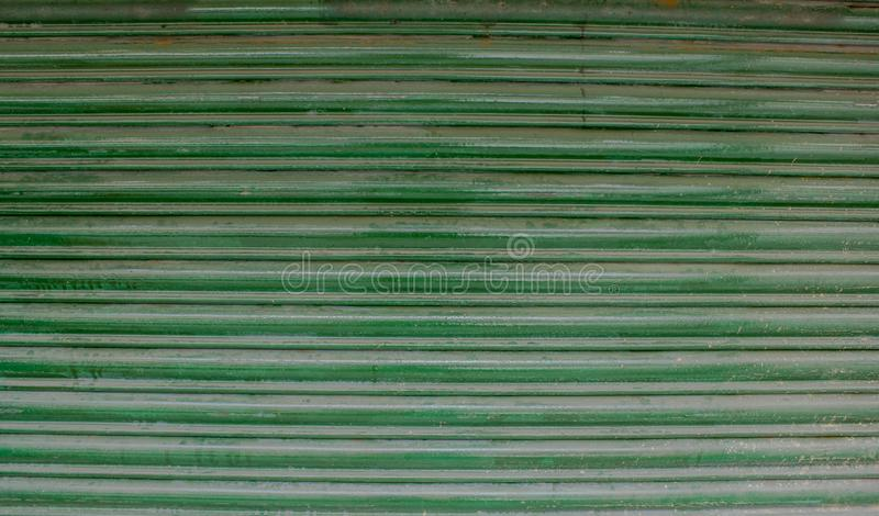 Groene oude horizontale strepen van metaalzonneblinden met roest en verfsmudges royalty-vrije stock afbeelding