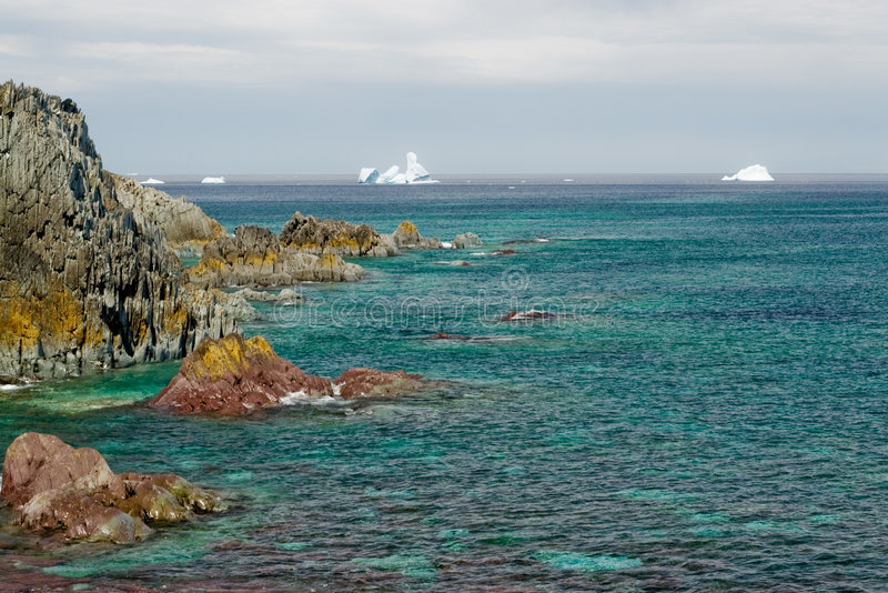 Groene overzees, ijsberghorizon royalty-vrije stock afbeeldingen
