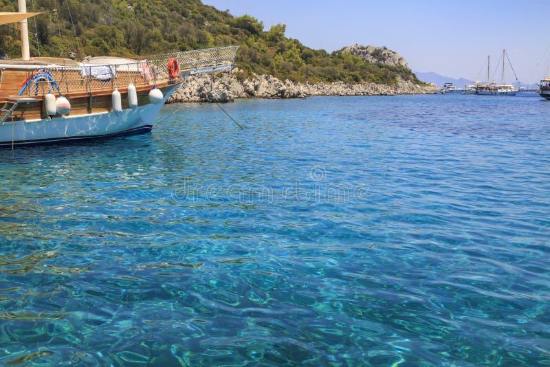 Groene overzeese van Marmarisyesil deniz baairondvaarten in Marmaris stock afbeeldingen
