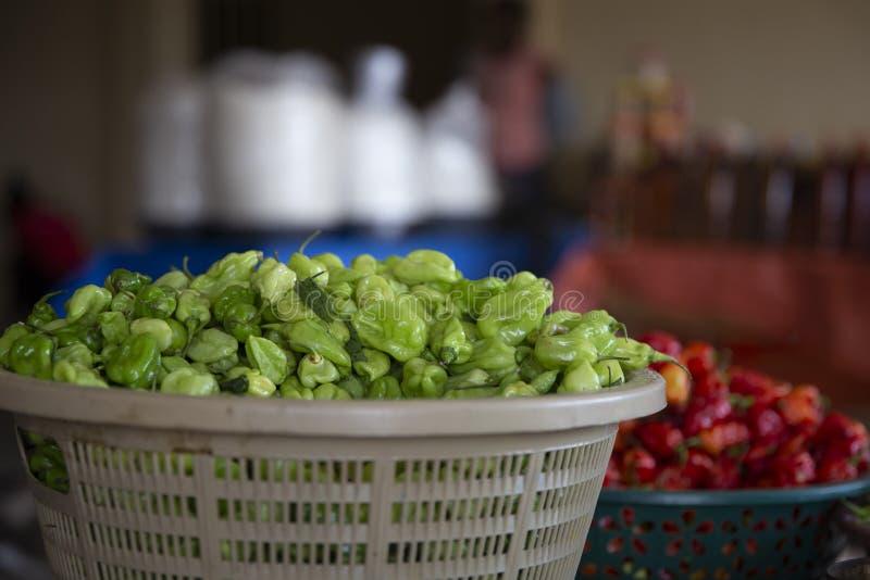 Groene paprika in een mand van de Markt van Ghana stock foto's