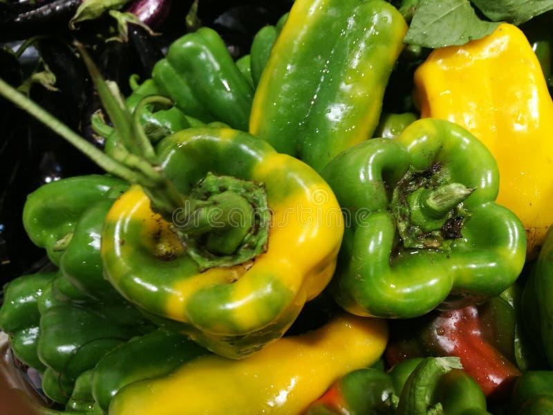 Groene paprika's bij landbouwersmarkt royalty-vrije stock foto