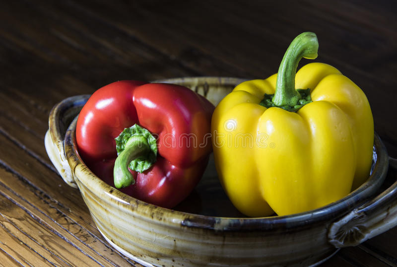 Groene paprika's die op wit worden geïsoleerd, stock foto's