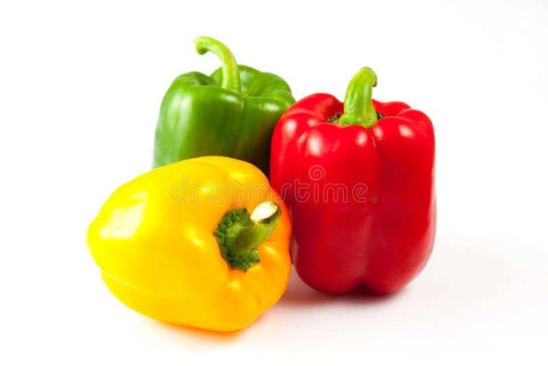 Groene paprika's over witte achtergrond, Groene, gele en rode Vers stock foto