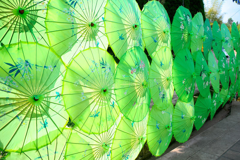 Groene paraplu's stock afbeelding