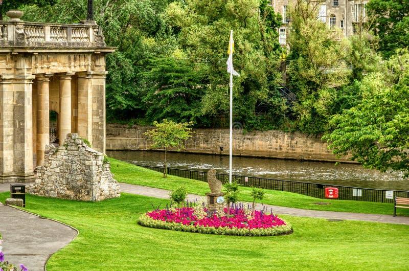 Groene park en gebouwen langs Rivier Avon, Bad, Engeland royalty-vrije stock afbeelding