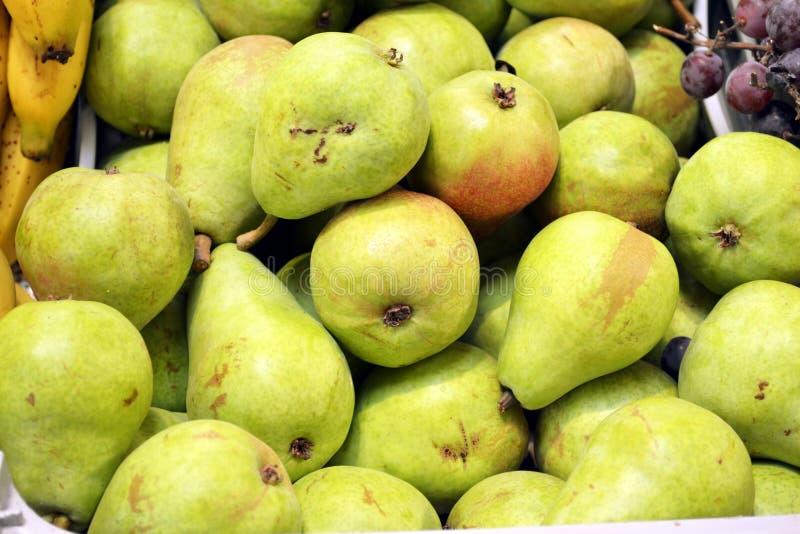 Groene perenstapel bij de markt stock afbeelding