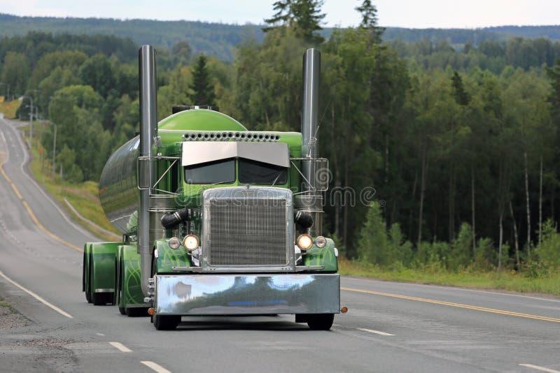 Groene Peterbilt 359 Tankwagen op Toneelweg royalty-vrije stock afbeeldingen