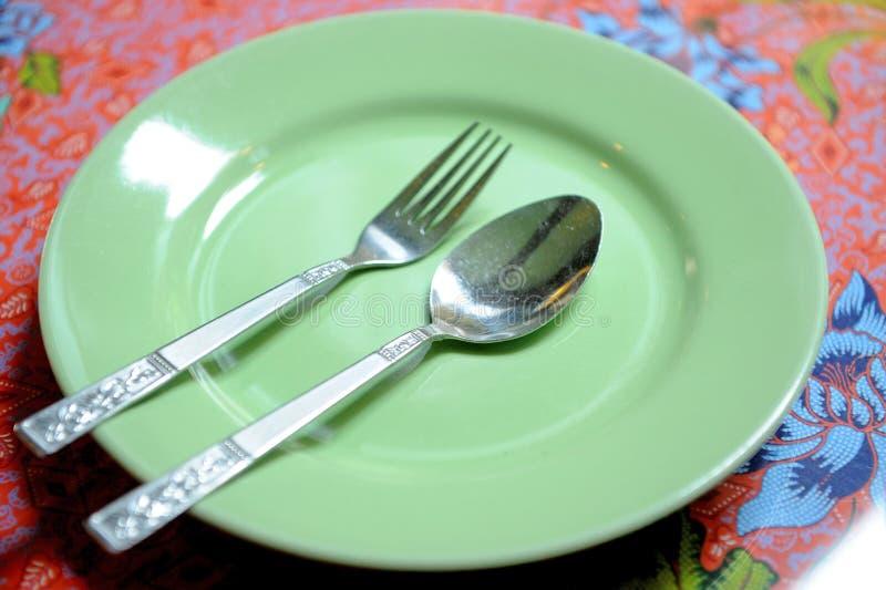 Groene plaat en vork royalty-vrije stock afbeelding