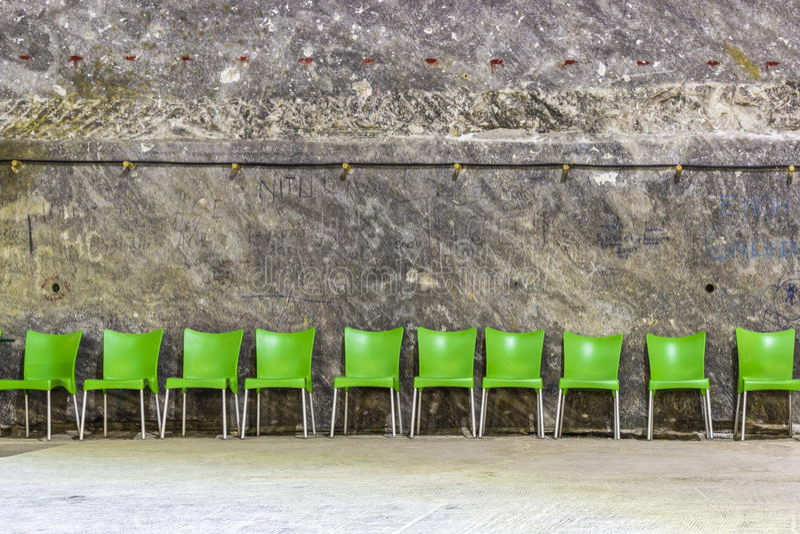 Groene plastic stoelen stock afbeelding
