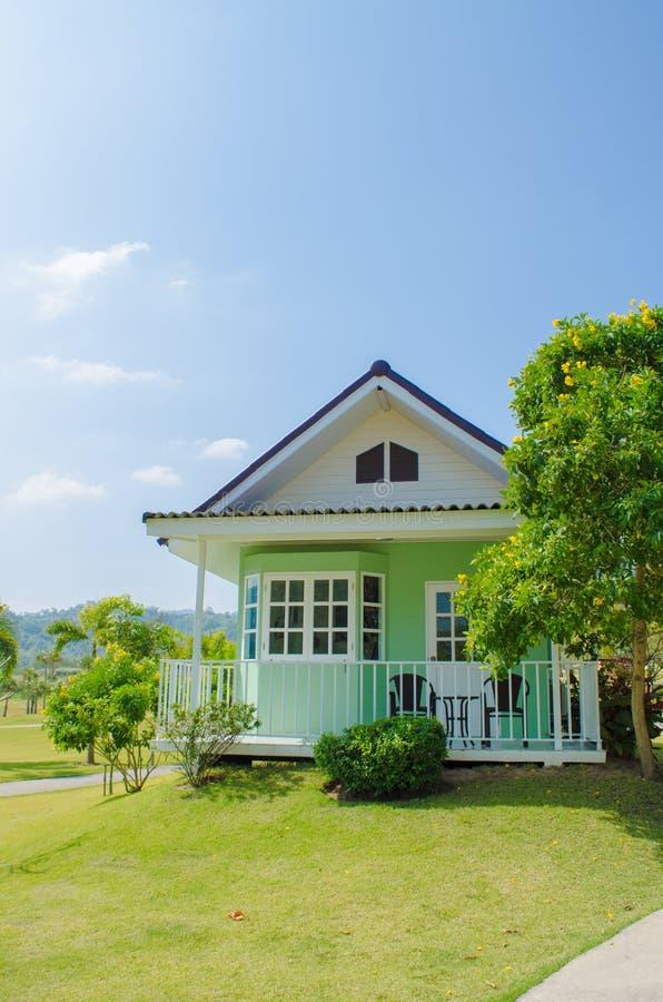 Groene plattelandshuisje Amerikaanse stijl van binnenplaats met groen gras royalty-vrije stock foto's