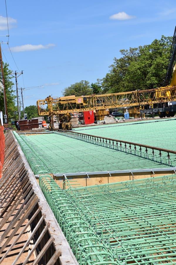 Groene rebar in lagen op een de brugbouw project royalty-vrije stock afbeelding