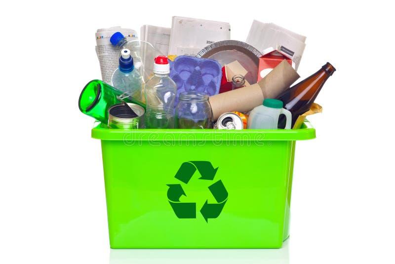 Groene recyclingsbak die op wit wordt geïsoleerd royalty-vrije stock foto