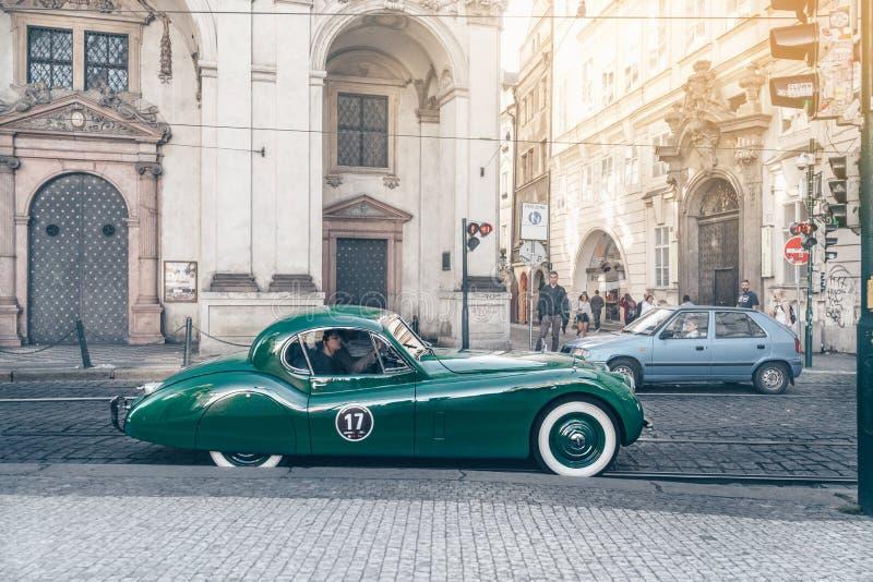 Groene retro auto op de straat stock afbeelding